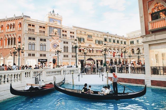 ล่องเรือกอนโดล่าที่ The Venetian Macao Resort